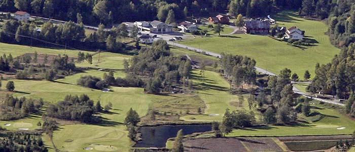Flyfoto som viser alle hullene på Rjukan Golfbane samt drivingrange