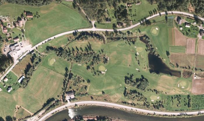 Flyfoto som viser alle hullene på Rjukan Golfbane samt drivingrangen.